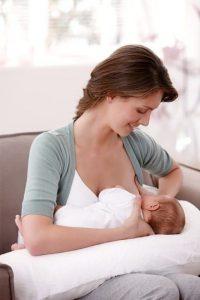 Trucos para que la lactancia materna no produzca dolor de espalda