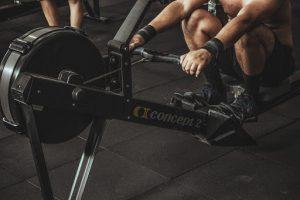 Con la máquina de remo en el gimnasio se fortalece adecuadamente la espalda