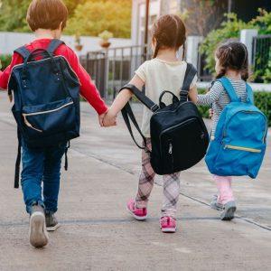 Los niños suelen cargar en las mochilas más peso del adecuado