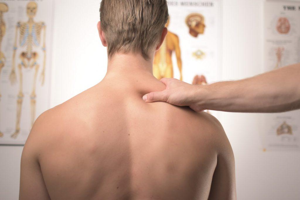 la fisioterapia ayuda a combatir la cifosis