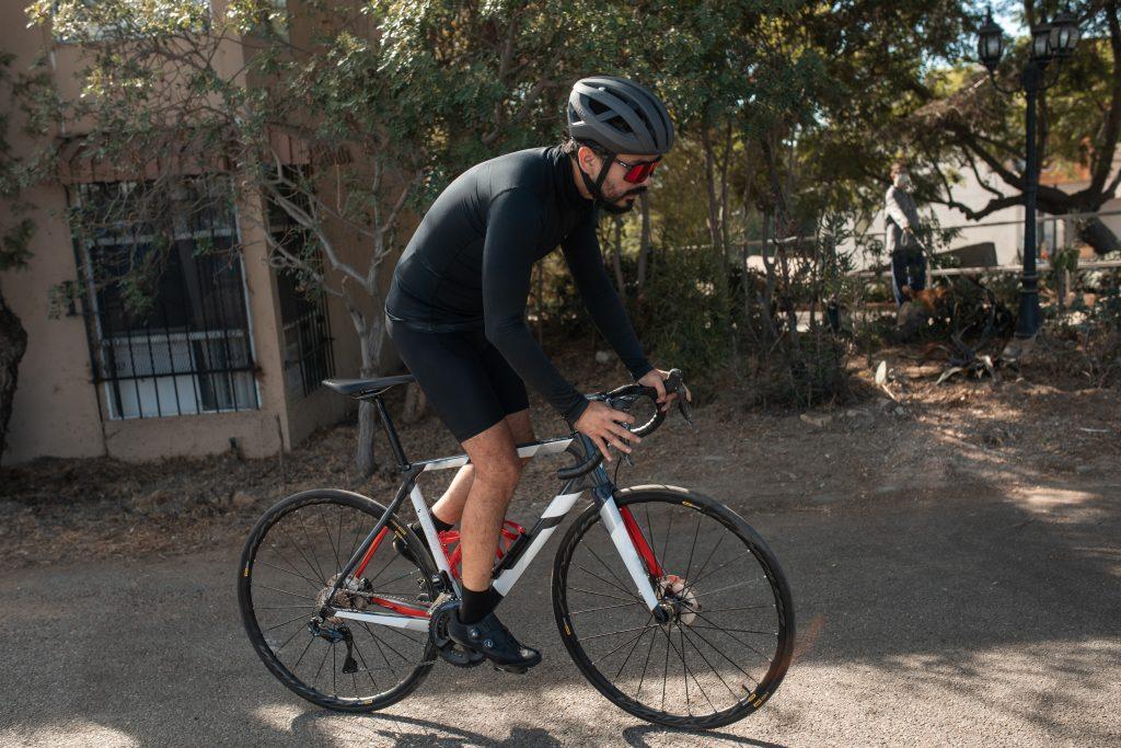 los cuidados a tener en cuento al montar en bici para no dañar la espalda
