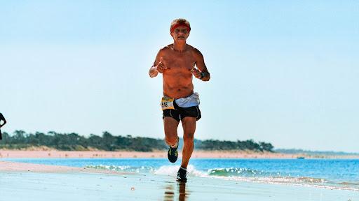 consejos para correr en la playa y cuidar la espalda